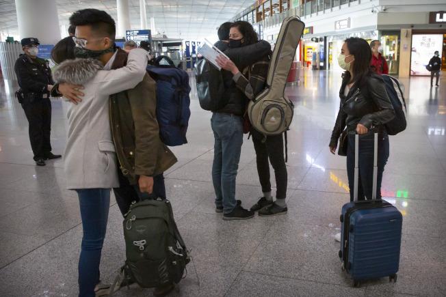 美中兩國「媒體戰」起於今年2月中國在新冠肺炎疫情期間驅逐「華爾街日報」等幾家美國主流大報的美國籍駐中記者。圖為3月28日「華爾街日報」記者離開北京時,友人為他們送行。 (美聯社)