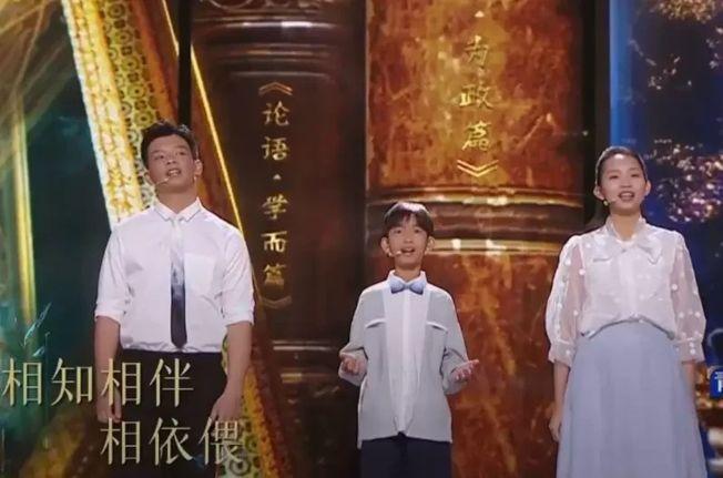塔信(中)聯同兩名來自泰國及寮國的同學,以中文演唱融入《論語》內容的歌曲《朋自遠方》。(取材自CCTV截圖)