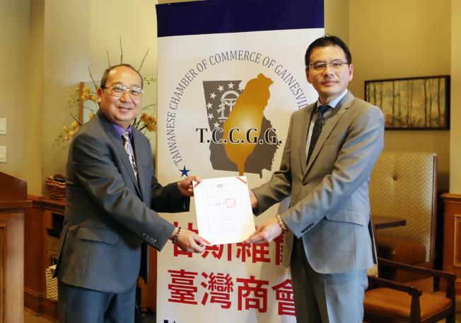 王翼龍(左)頒布賀狀給甘斯維爾台商會新任會長汪瀛。