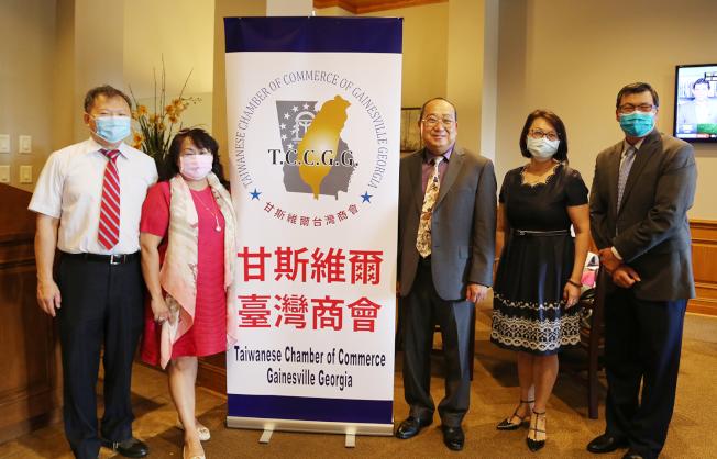 社團負責人恭賀汪瀛(右三)接任甘斯維爾台商會會長,左起王本桓、陳家琪、汪瀛、邱婷蘭和邊銓。