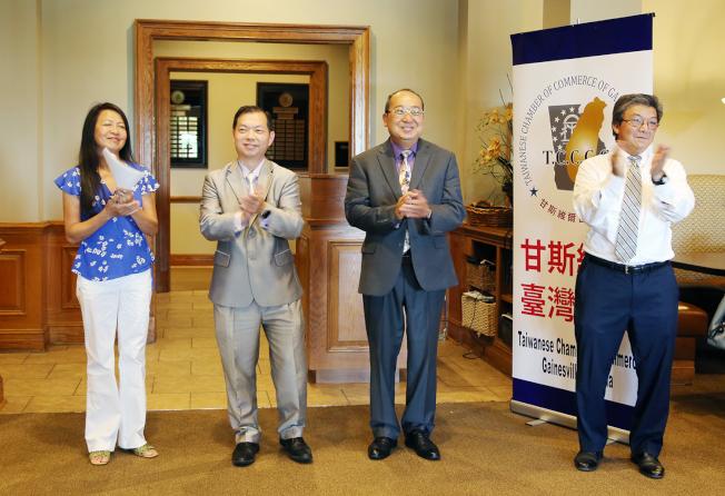 甘斯維爾台商會新一屆工作團隊,左起秘書長謝露琳、財務長甘詔棠、會長汪瀛和副會長谷企平。