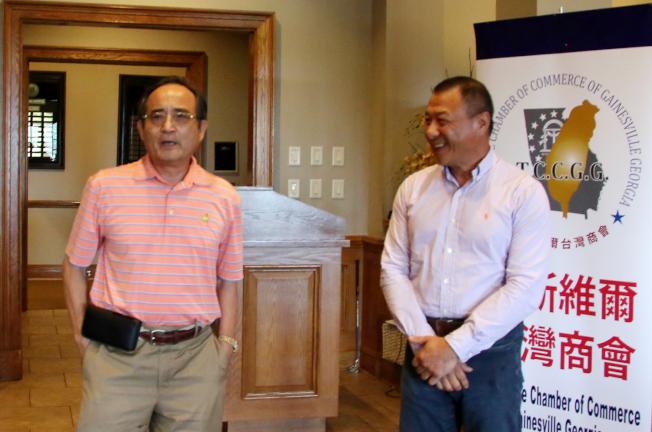 競選世界台商聯合總會總會長的王德(左)和喬治亞州州議員候選人林怡正,爭取支持。