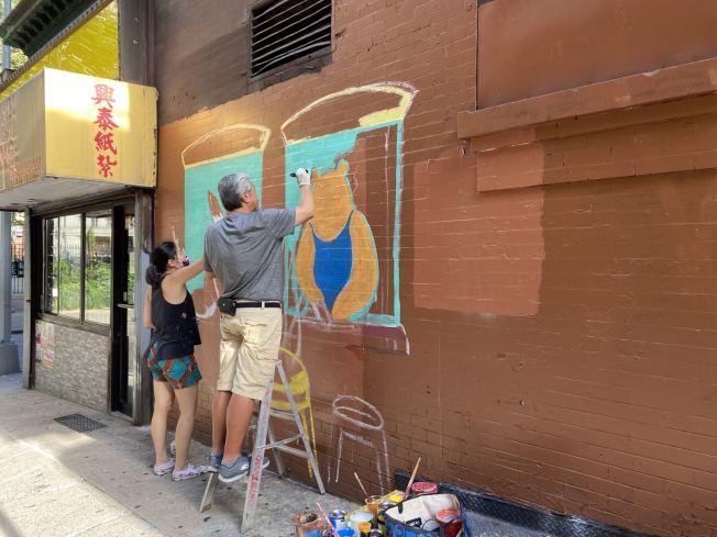 陶晉與陳家齡一起繪製壁畫。(陶晉提供)