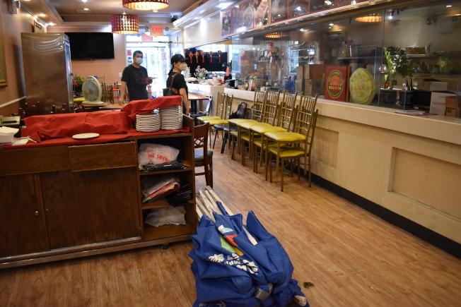 華埠餐館為了因應4日的風暴將戶外用餐桌椅收起來。(記者顏嘉瑩/攝影)
