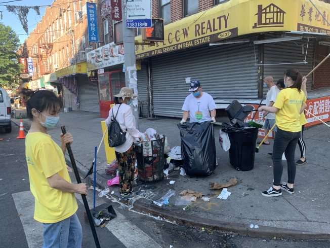 紐約親子互助會四年義務清潔社區。(紐約親子互助會提供)