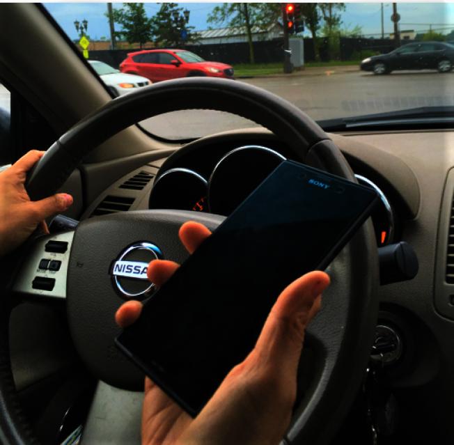 麻州禁止駕駛時使用手持式電子設備。(本報檔案照片)