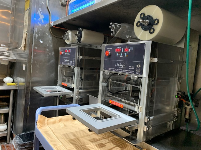 888海鮮酒樓購置兩台塑封機。(記者張宏/攝影)