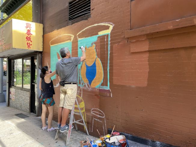 陶晋与陈家龄一起绘制壁画。(陶晋提供)