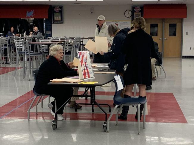 投票站工作者多為年齡較大者,但今年受疫情影響,許多人退出,導致馬州和華府投票站人員不足。(記者張筠 / 攝影)