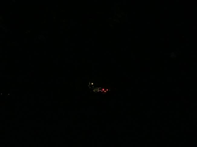 長島大頸5日凌晨漆黑一片,亮光點為電力公司的維修車輛。(記者曹健/攝影)
