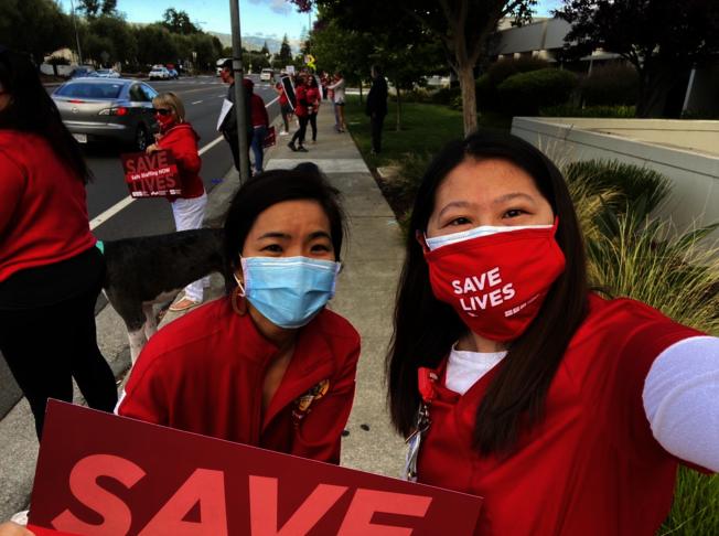 護士王喬伊(右)參加抗議,佛利蒙市議員黃潔宜(左)也到場支持。(當事人提供)