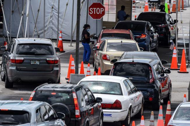 佛州已逾380萬人接受檢測。圖為駕車排隊等待採樣民眾。(美聯社)