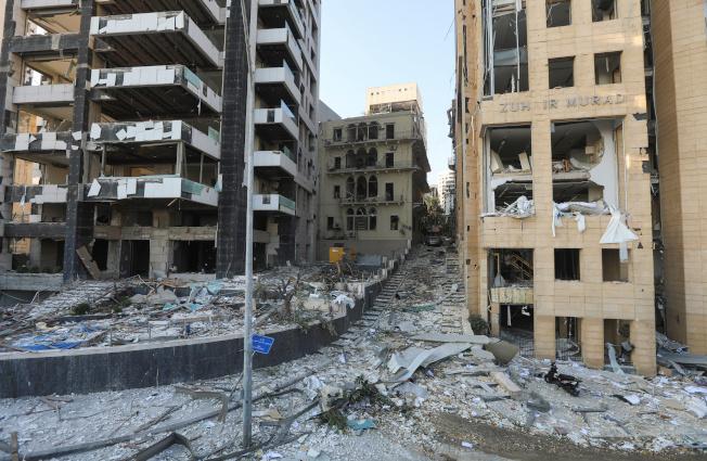 貝魯特港區附近的建築在爆炸後殘破不堪。(路透)