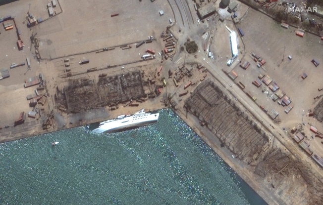 郵輪「東方女王號」在大爆炸中遭到嚴重破壞後沉没。(歐新社)