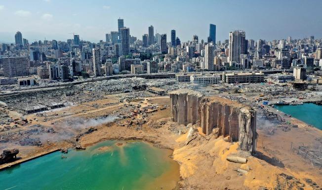 黎巴嫩首都貝魯特爆炸地炸出大坑,港區幾乎移為平地。(Getty Images)