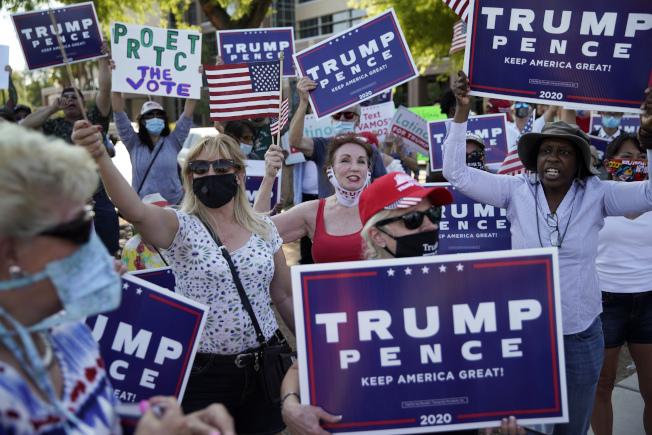 推特4日發文鼓勵佛羅里達州選民通訊投票;華盛頓郵報分析,川普若想連任成功就一定要拿下佛州。圖為內華達州川普支持者舉牌抗議通訊投票。(美聯社)