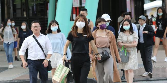 台灣民眾戴口罩比率愈來愈低,指揮中心指揮官陳時中宣布,即日起進出大眾運輸等八大高風險場所,務必戴口罩。(記者黃義書/攝影)