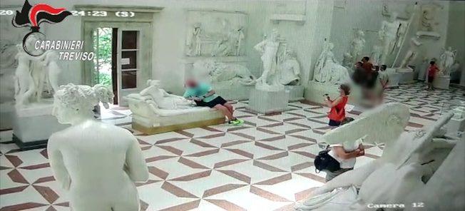 遊客硬趴雕像合照 坐斷「勝利維納斯」3根腳趾