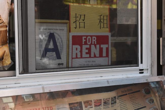 華埠不少店家受到疫情影響關門,店門口貼上招租訊息。(記者顏嘉瑩/攝影)