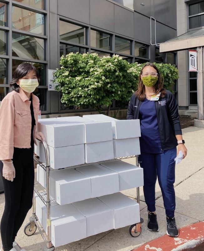 蘇妮婭(左)隻身創辦非營利組織「Kits to heart」,為癌症病患送去「抗癌愛心包」,溫暖孤獨的抗癌之路。(蘇妮婭提供)