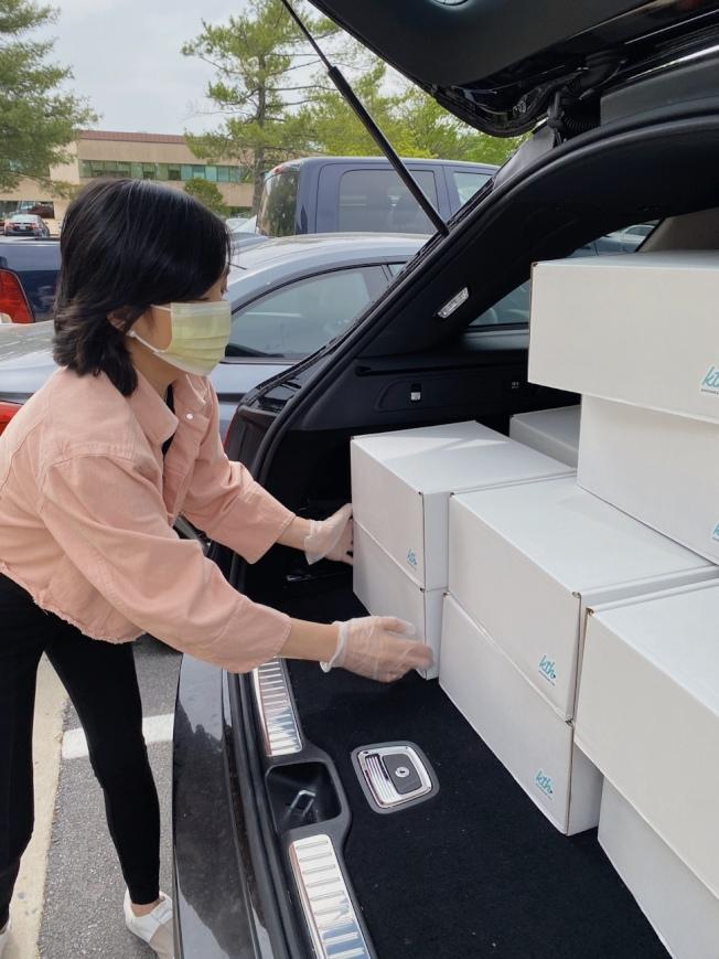 蘇妮婭隻身創辦非營利組織「Kits to heart」,為癌症病患送去「抗癌愛心包」,溫暖孤獨的抗癌之路。(蘇妮婭提供)