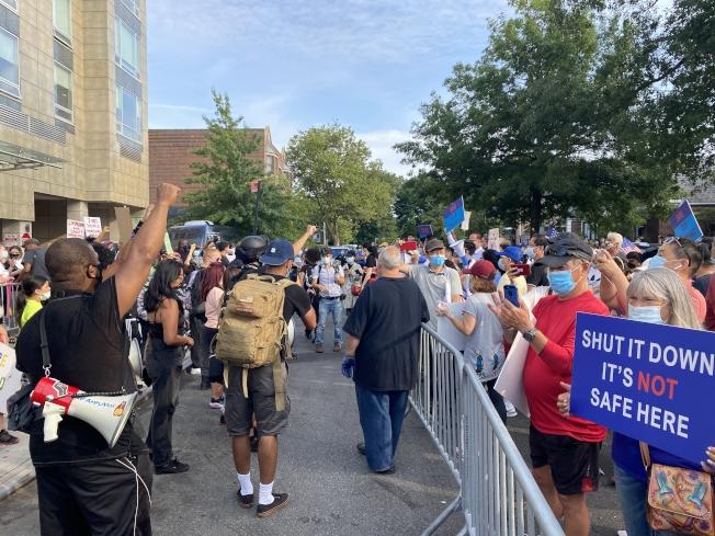 新鮮草原酒店外6日聚集數百人,一方要求市府安置的150餘名釋放囚犯搬離社區,另一方則支持市府計畫,雙方一度氣氛緊張。(記者牟蘭/攝影)