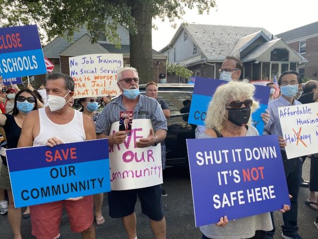 市府安置的150餘名釋放囚犯在新鮮草原一間酒店,事前未與社區溝通,引起不滿,6日引發數百名居民的抗議活動。(記者牟蘭/攝影)