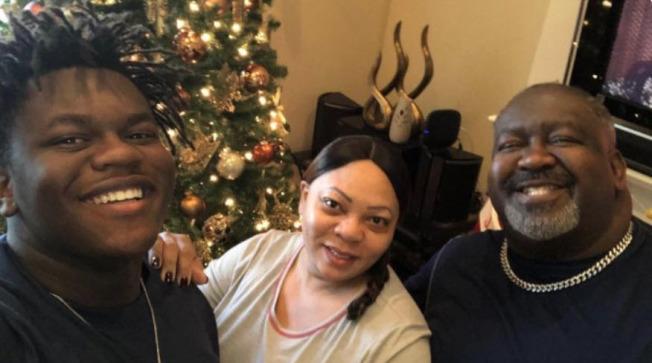 杭特(左)的父母雙雙因新冠病毒離世。(GoFundMe網站)