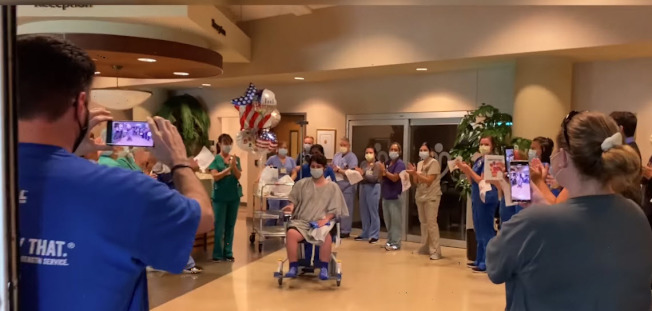 經過3周半的與病毒纏鬥後,慕利尼恩克斯在醫護人員及當地警察的歡呼聲下出院。(Duluth警局臉書)