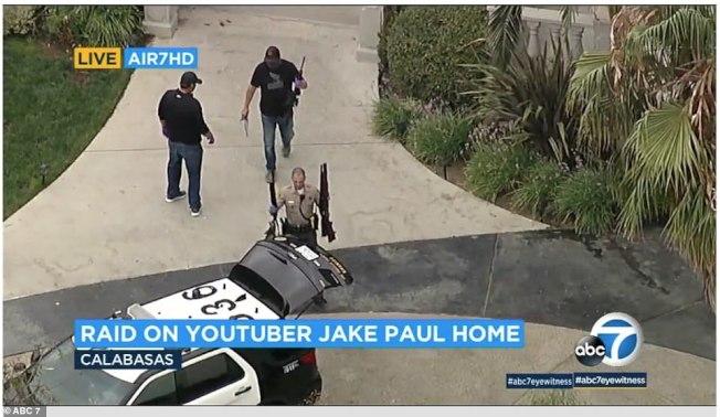 聯邦調查局與警方突檢了網紅保羅的洛杉磯豪宅中,搜出多把槍枝。(ABC電視台)