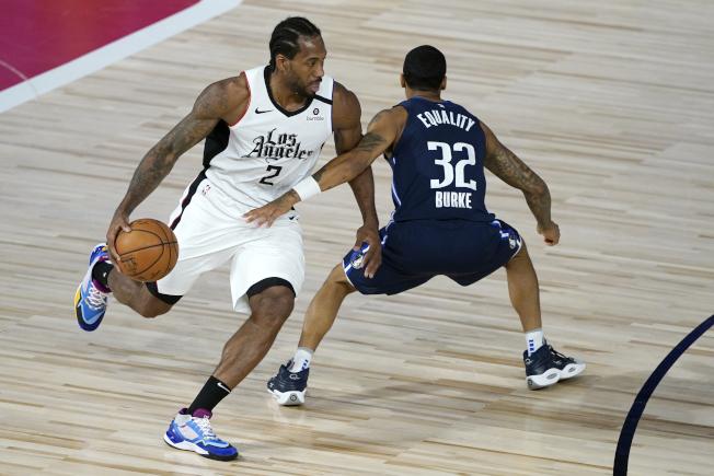 復賽以來進攻手感仍未進入狀態的雷納德(左),此役得到29分6籃板5助攻。 (路透)