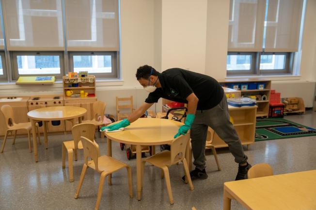 教育局正在為公校重開做準備,對教室進行清潔。(教育局提供)