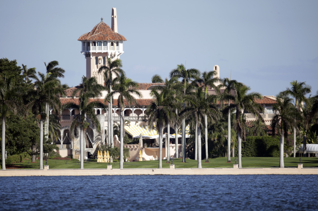 佛州三名青少年上月31日背包攜帶一把小型AK-47半自動步槍躲避警方追緝時,情急翻入川普總統的「海湖莊園」。(美聯社)
