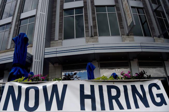上周全美共有120萬勞工向州政府申請失業救濟,是今年3月中旬疫情爆發以來,提出申請失業救濟人數的最低點。圖為維吉尼亞州阿靈頓一家餐廳掛出招聘橫幅。( Getty Images)