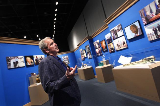 布希卸下總統職務,搖身一變成了畫家,他2014年5月還在德州達拉斯的前總統布希紀念圖書館及博物館舉辦畫展,展出他繪製的世界領袖畫像。(美聯社)