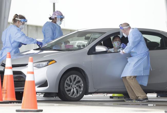 國家過敏和傳染病研究院院長佛奇6日表示,若想在選舉前控制疫情,須靠戴口罩等最基本防疫措施。圖為佛州醫護人員在準備為民眾檢測抗體。(美聯社)