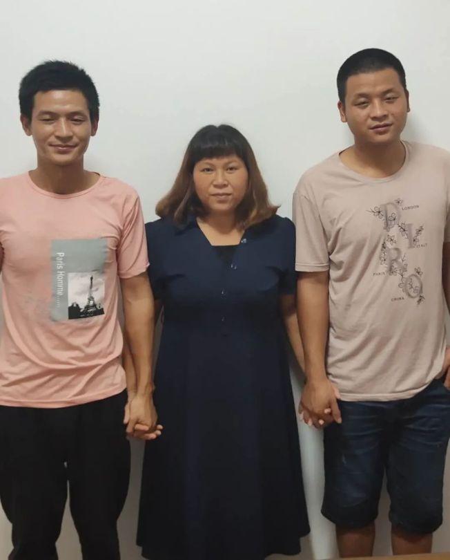 張保仁(左)、宋小女(中)、張保剛(右)母子三人。(取材自鳳凰網/受訪者供圖)