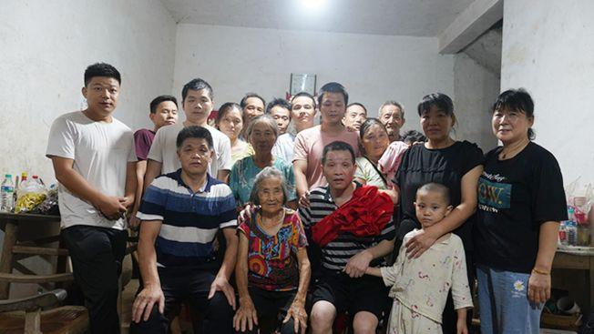 張玉環(前排左三)4日與母親(前排左二)、哥哥張民雄(前排左一)等家人合拍全家福。(取材自澎湃新聞)