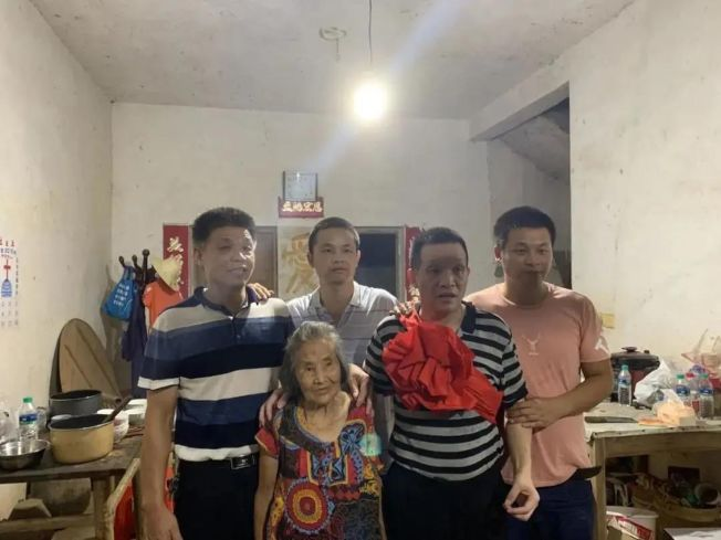 張玉環和家人的合影,從左至右依次為張玉環大哥、三弟、張玉環、二兒子張保剛,中間是他的母親。(取材自新京報)
