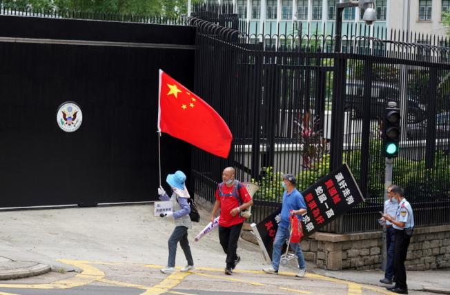 圖為部分支持香港國安立法的港人,6月15日在美國駐香港總領事館門前抗議。(中新社)