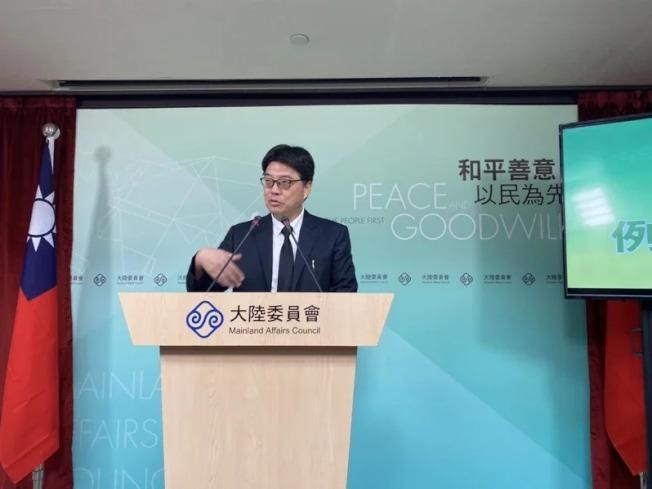 陸委會指出,兩岸人民關係條例禁止台灣人擔任中國大陸黨政軍組織的職務,是基於兩岸處於分治及對立狀態;圖為發言人邱垂正。 (本報資料照片)