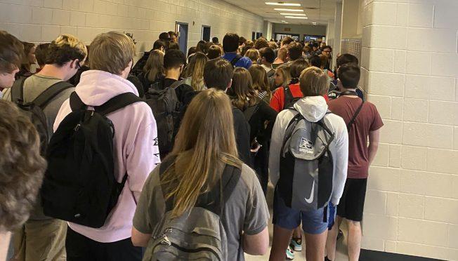 踢爆學校走廊擁擠不符防疫規定 喬治亞高中生遭停學