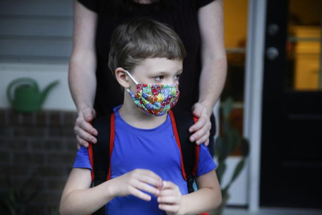 鑒於紐約抗疫成績顯著,紐約州長葛謨(Andrew Cuomo)7日宣布,只要當地的新冠肺炎陽性率低於5%,紐約的所有學校可以在9月逐步恢復面對面教學。美聯社