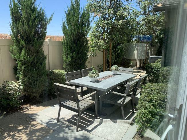 Park Place新建案Mariposa,院子裡的野餐桌。(記者啟鉻/攝影)