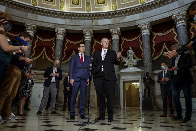 國會民主黨與白宮的紓困法案談判,7日宣告破裂;圖為白宮代理幕僚長梅多斯(中間右)和財政部長米努勤(中間左)介紹談判情況。(歐新社)