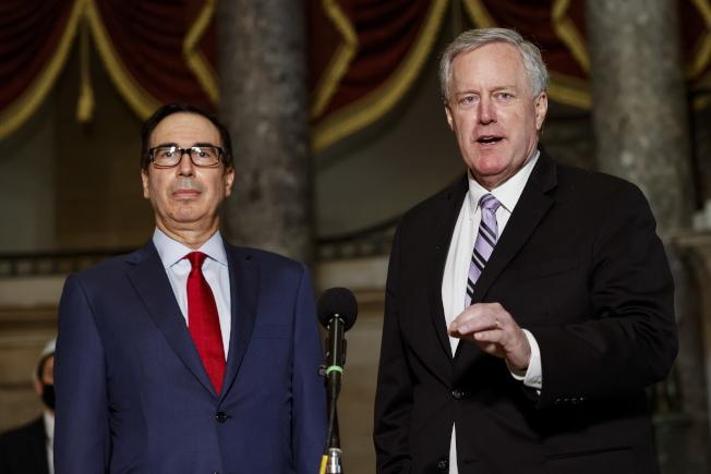 國會民主黨與白宮的紓困法案談判,7日宣告破裂;圖為白宮代理幕僚長梅多斯(右)和財政部長米努勤(左)介紹談判情況。(歐新社)