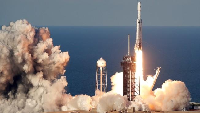 SpaceX 的獵鷹重型運載火箭去年4月在佛羅里達甘迺迪太空中心發射。(美聯社)