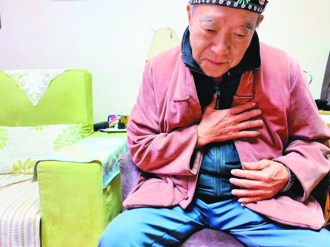 老年人吞嚥功能退化,吃東西容易咳嗽或嗆到。(本報資料照片)