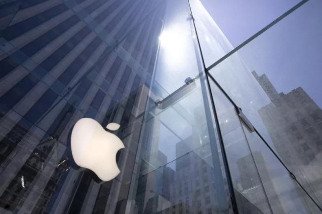 美國政府針對中國軟體微信頒禁令,分析認為,這意味著App Store必須將微信下架,若果真如此,蘋果手機在中國銷售量必將慘跌。 美聯社