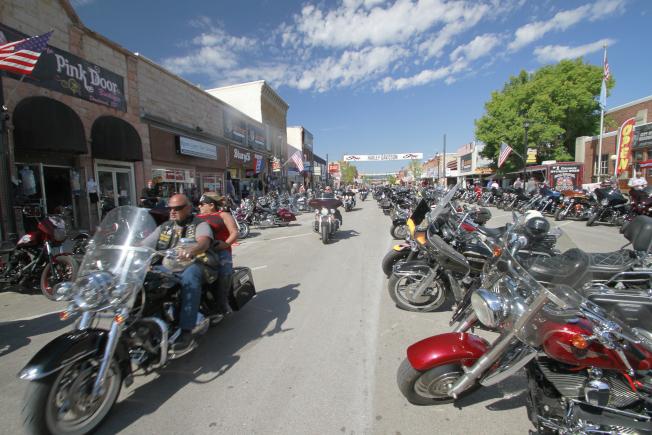 數以千計的重型機車騎士毫無保護地參加在南達科他州史特吉斯揭幕,讓當地居民憂心祝長新冠疫情傳播。(美聯社)
